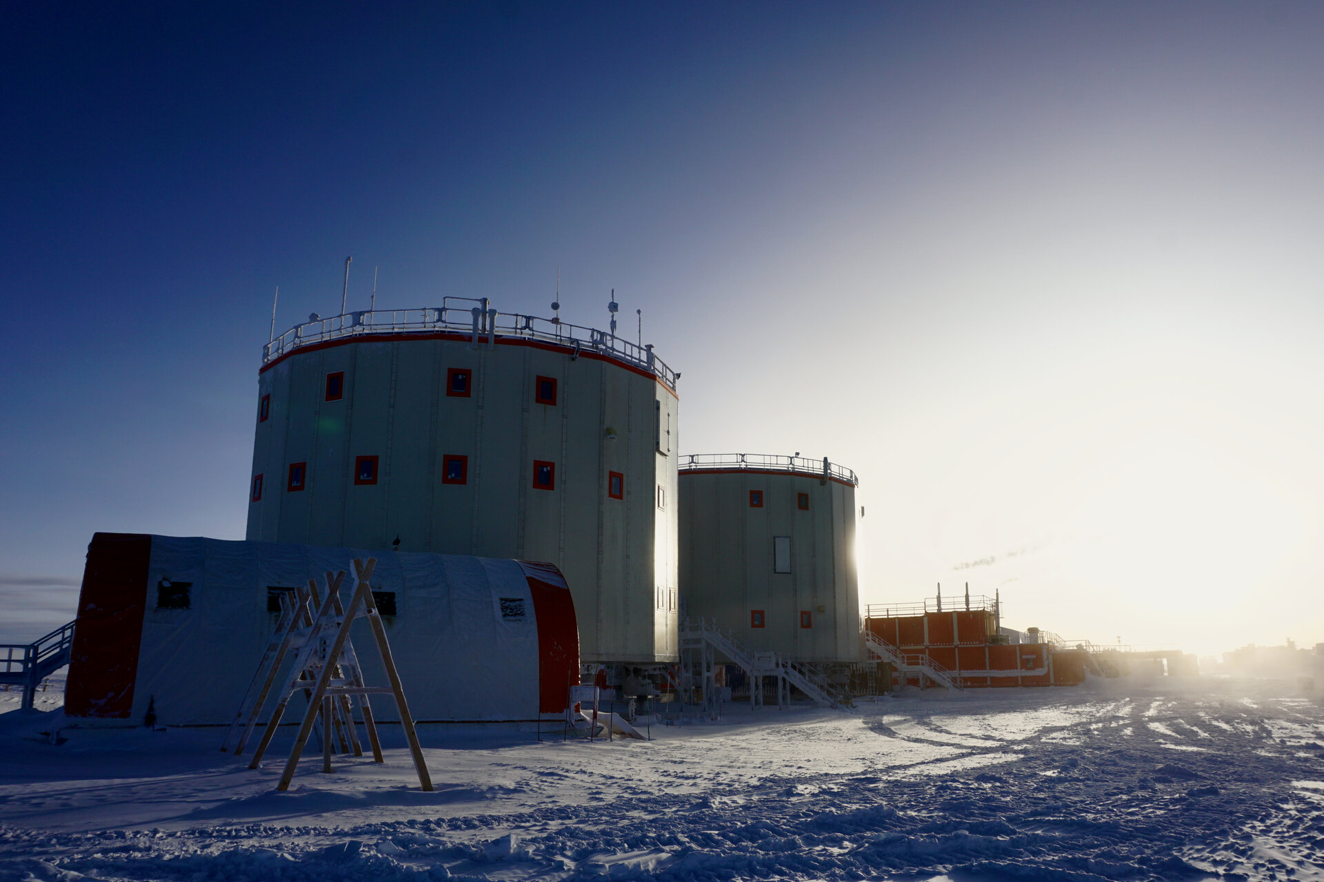 Concordia_research_station_pillars